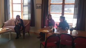 Her sitter Kirsti, Sarah og Bear og nyter finværet innenfra på den nye kafén på skolen!