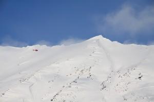 Helikopter på oppdrag over Sværthammartinden